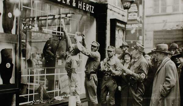 The SA boycotts the Bamberger & Hertz store, Munich, 1 April 1933 (© Jüdisches Museum Berlin, Gift of Henry J. Bamberger)