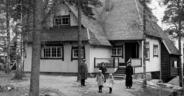 Jean and Aino Sibelius with Margaret, Catherine, and Heidi at Ainola in the fall of 1915. (Public Domain via the Finnish Club of Helsinki)